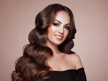 Женщина брюнет с вьющиеся волосы стоковая фотография