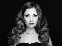 Женщина брюнет с длинными сияющими волнистыми волосами Стоковая Фотография