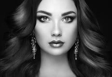 Женщина брюнет с длинными сияющими волнистыми волосами Стоковое Изображение