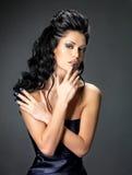 Женщина брюнет с длинным стилем причёсок Стоковые Фотографии RF