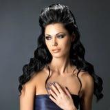 Женщина брюнет с длинным стилем причёсок Стоковая Фотография