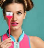 Женщина брюнет с красочной розовой основной щеткой подкраской волос аппликатора стоковые фотографии rf