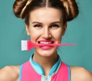 Женщина брюнет с красочной розовой основной щеткой подкраской волос аппликатора стоковое фото rf