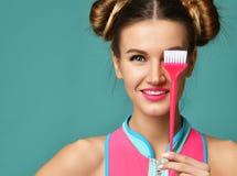 Женщина брюнет с красочной розовой основной щеткой подкраской волос аппликатора стоковое изображение rf