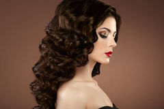Женщина брюнет с курчавым стилем причёсок Стоковое фото RF