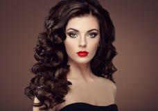 Женщина брюнет с курчавым стилем причёсок Стоковое Изображение RF