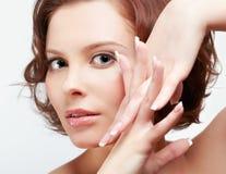 Женщина брюнет с маникюром Стоковое фото RF