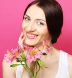 Женщина брюнет с цветками стоковая фотография