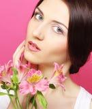 Женщина брюнет с цветками стоковое фото rf
