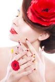 Женщина брюнет с цветком в ее волосах, кольцом мака и творческими ногтями мака, закрыла глаза стоковые фотографии rf
