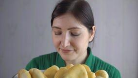 Женщина брюнет с шаром свеже испеченных пирогов видеоматериал