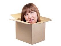 Женщина брюнет думая вне изолированная коробка стоковое изображение