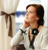 женщина брюнет думая Стоковое фото RF