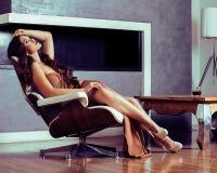 Женщина брюнет yong красоты сидя около камина дома, winte стоковая фотография rf