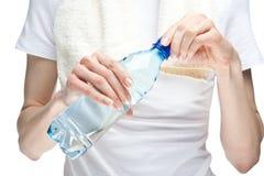 женщина бутылки выпивая вручает воду отверстия Стоковые Фото
