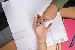 Женщина будучи данным недвижимость ключа дома Стоковая Фотография RF