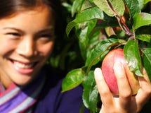 женщина вала рудоразборки яблока Стоковое Изображение RF