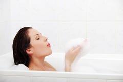 женщина ванны красивейшая ослабляя Стоковое Фото