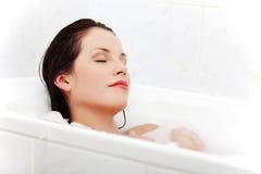 женщина ванны красивейшая ослабляя Стоковое Изображение