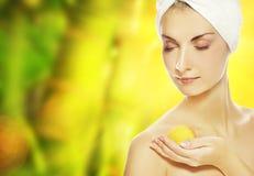 женщина ванны шарика ароматности стоковое фото rf