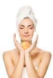 женщина ванны шарика ароматности стоковая фотография