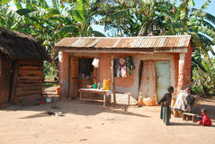 Женщина варя в камине вне ее дома 90 Стоковые Фото