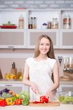 Женщина варя в кухне с ингридиентами вокруг стоковые фотографии rf