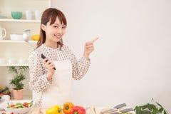 Женщина варя в кухне с космосом для экземпляра Стоковая Фотография RF