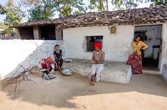 Женщина варя еду на деревянном огне Стоковые Изображения RF