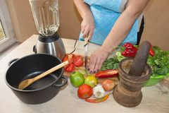 Женщина варя здоровую еду в кухне Варящ здоровую еду дома кухня подготовляя женщину овощей Стоковое Изображение RF