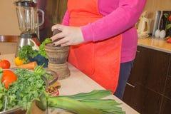 Женщина варя здоровую еду в кухне Варящ здоровую еду дома кухня подготовляя женщину овощей Подготавливать блюда Стоковая Фотография