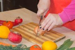 Женщина варя здоровую еду в кухне Варящ здоровую еду дома кухня подготовляя женщину овощей Стоковые Фото
