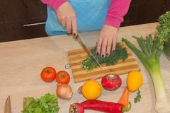 Женщина варя здоровую еду в кухне Варящ здоровую еду дома кухня подготовляя женщину овощей Шеф-повар режет vege Стоковое фото RF