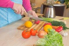 Женщина варя здоровую еду в кухне Варящ здоровую еду дома кухня подготовляя женщину овощей Шеф-повар режет vege Стоковое Изображение RF