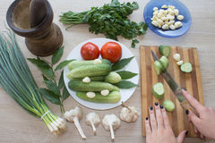 Женщина варя здоровую еду в кухне Варящ здоровую еду дома кухня подготовляя женщину овощей Стоковое Изображение