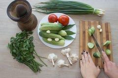 Женщина варя здоровую еду в кухне Варящ здоровую еду дома кухня подготовляя женщину овощей Подрезанное изображение y Стоковое Фото
