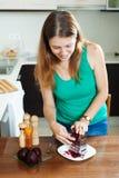 Женщина варя кипеть свеклы с теркой Стоковое Фото