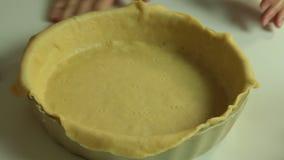 Женщина варя набор рецепта пирога вишни видеоматериал