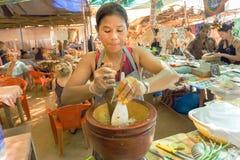 Женщина варя салат на внешней кухне популярного сельского ресторана Стоковое Изображение RF