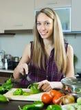 Женщина варя с овощами Стоковые Изображения RF