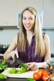 Женщина варя с овощами Стоковые Фото