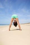 Женщина вверх ногами на пляже стоковое изображение