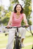 женщина велосипеда ся стоковая фотография rf