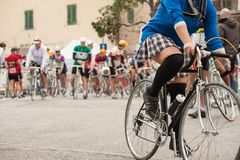 Женщина велосипедиста в мини-юбке во время гонки велосипеда Стоковая Фотография RF