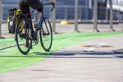 Женщина велосипедиста едет велосипед дороги на преданном пути велосипеда стоковая фотография