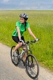 Женщина велосипед на день дороги сельской местности солнечный стоковые фото