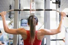 женщина веса тренировки гимнастики стоковые фото