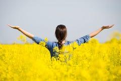 Женщина веселя в поле рапса Стоковое Изображение