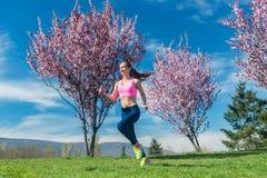 Женщина весной бежать или jogging как спорт стоковое изображение rf