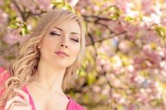 Женщина весной стоковые фото